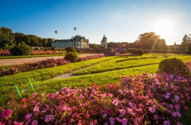 hot-air-balloons-sunburst-château-de-chenonceau-soft-light-loire-valley-france-tom-bricker