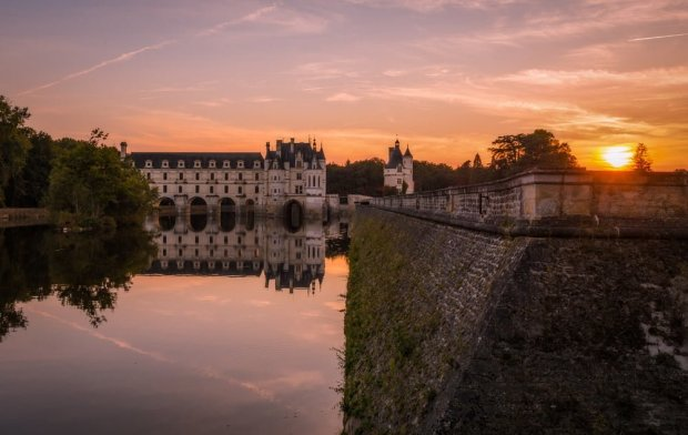 side-view-water-sunset-château-de-chenonceau-loire-valley-france-bricker