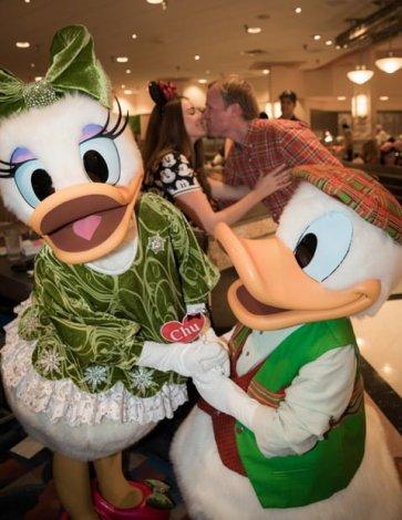 minnies-holiday-dine-hollywood-vine-character-meal-walt-disney-world-010