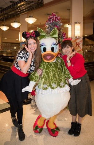 minnies-holiday-dine-hollywood-vine-character-meal-walt-disney-world-sarah-bricker-daisy