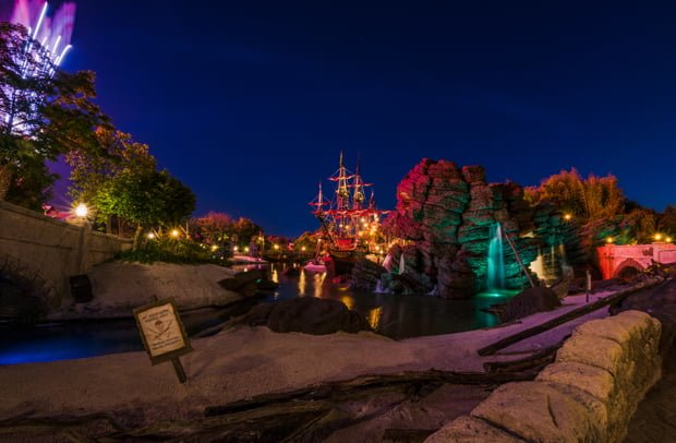 adventure-isle-illuminated-red-by-disney-dreams-fireworks-disneyland-paris