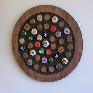 Painel decorativo redondo para 42 tampinhas em MDF usinado com acabamento laminado.