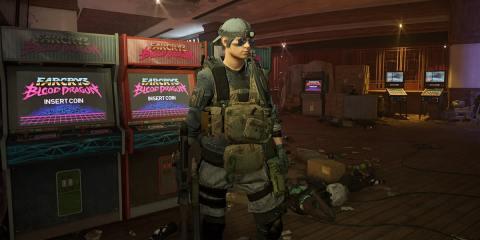 Un agent se tient devant des bornes d'arcades proposant le jeu Far Cry 3 Blood Dragon