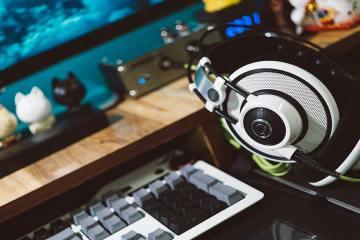 Casque gaming poser sur un bureau