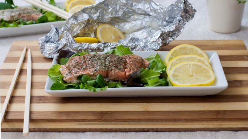 filetto di salmone al cartoccio con erbe aromatiche