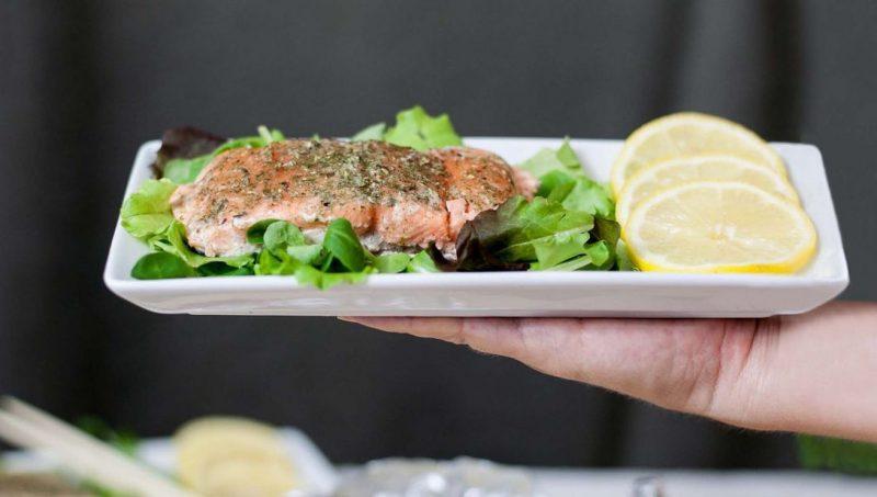 filetto di salmone al cartoccio con erbe aromatiche servito