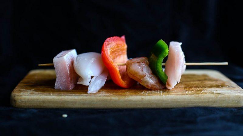 spiedini di pesce grigliati crudi