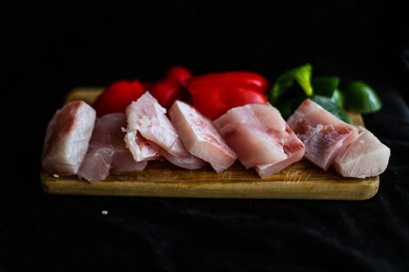 spiedini di pesce grigliati pesce tagliato