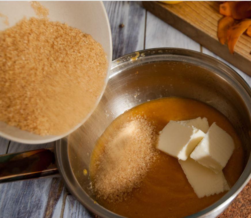 aggiunta di burro e zucchero al frullato di nespole