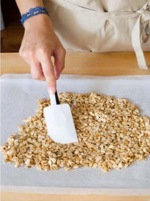 granola compattata sulla carta da forno