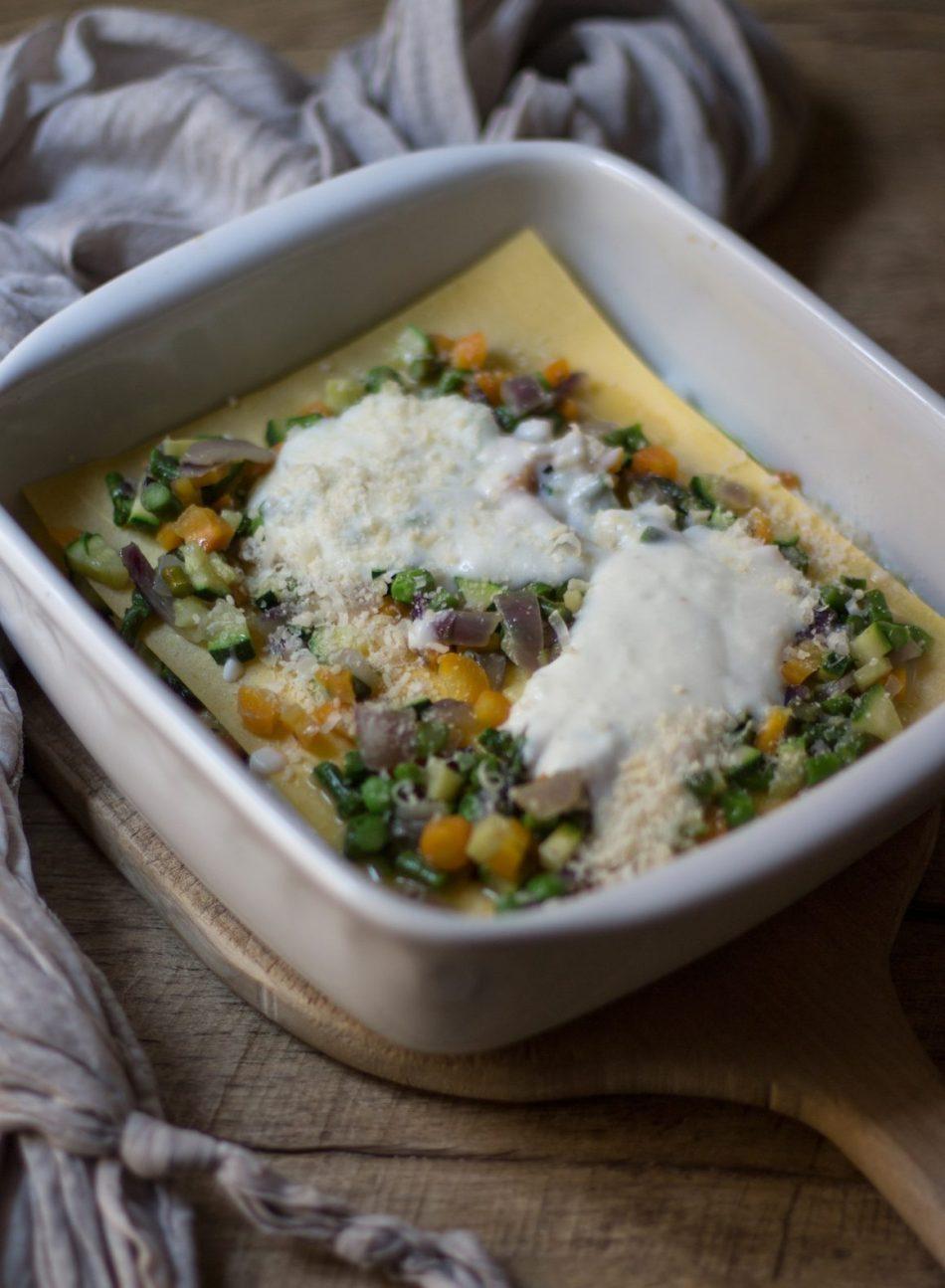 strato di pasta con ragu di verdure e con besciamella