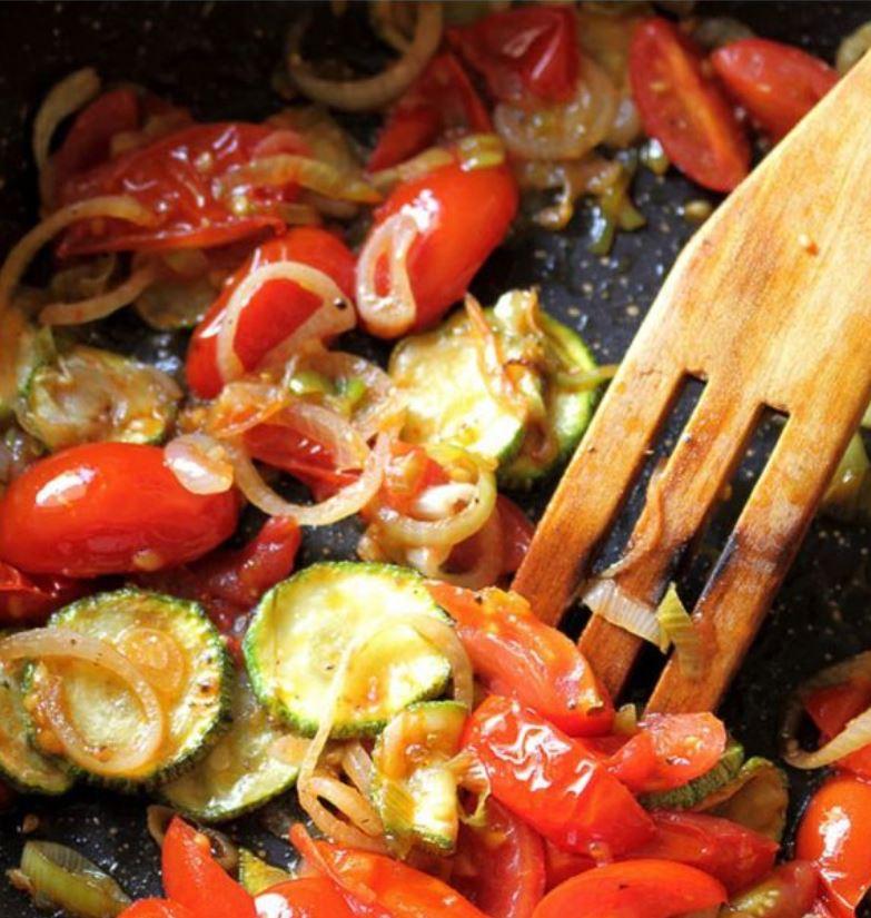 pomodoro zucchina e cipolla saltati in padella