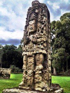Estela Maya en Ruinas de Copán, Honduras (Creative Commons, Wikipedia).