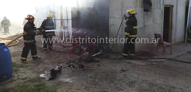 Bomberos Voluntarios trabaja para extinguir el fuego declarado en la parte posterior de la vivienda ubicada en la calle Juan B. Justo en la que vive María Elena Madrid, mamá […]