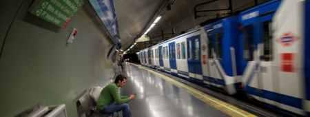 Un joven espera el metro en Madrid Pablo Blazquez Dominguez - GYI
