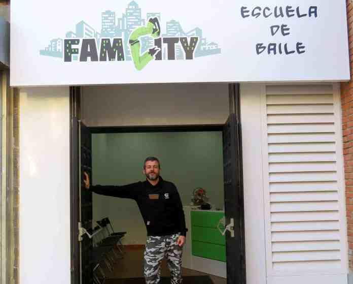 Óscar Romanillos en la puerta de su academia de baile FamCity