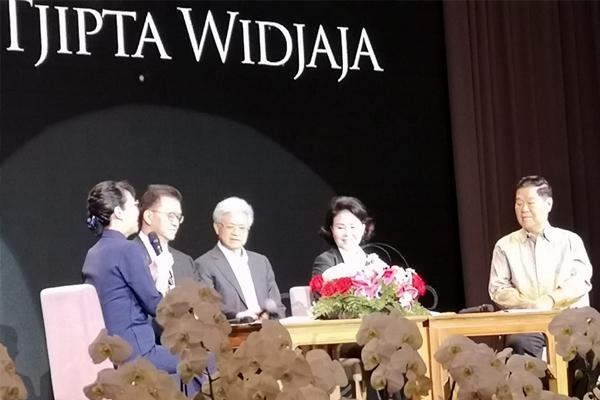 Moderator dan empat anak Pak Eka.