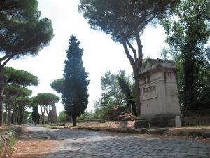De oude Romeinse weg Via Appia Antica. Goed opletten, sommige resten dateren nog van 2000 jaar geleden!