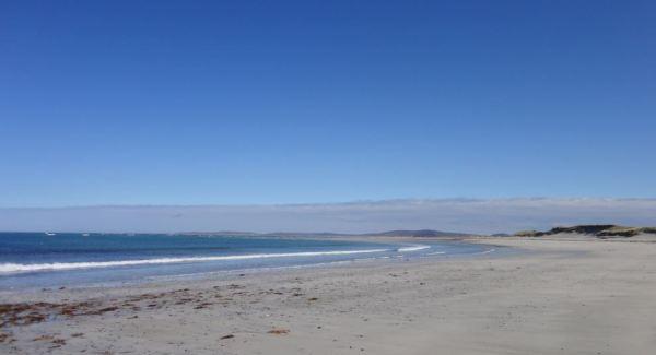 Het uitgestrekte, verlaten Benbecula Beach
