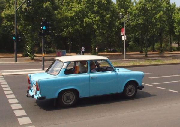 Deze oude Trabant reed nog pruttelend door Berlijn!