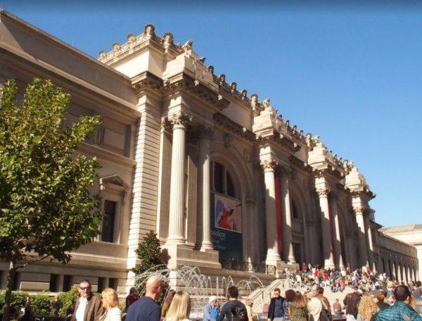 Metropolitan Museum; ondanks het prachtige weer is het razend druk binnen!
