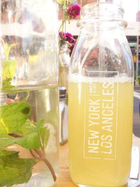 Healthy ananas-sapje bij The Butchers Daughter aan Kenmare Street!