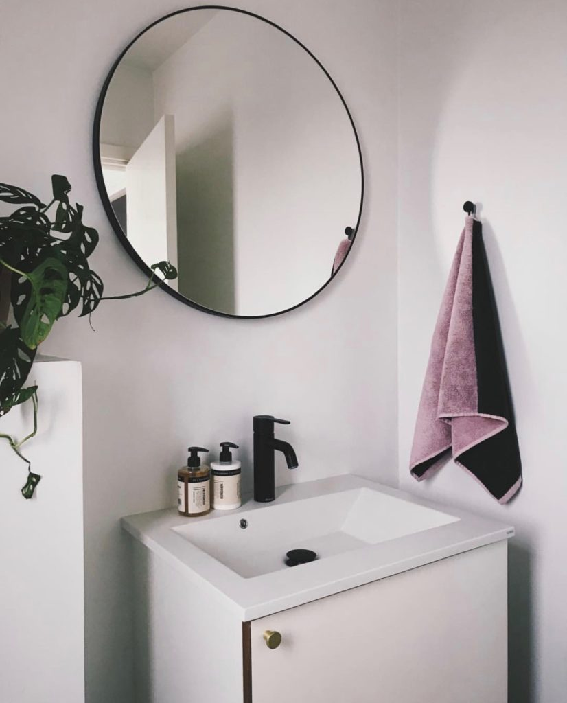 Nybyggeri Og Farver Vores Toilet Med Lyserode Vaegge Og Loft Ditteblog