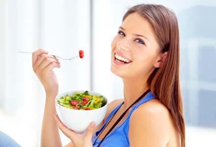 femeie mancand salata