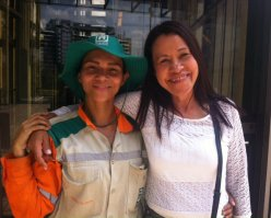 Omaira Estela Montoya y una de sus compañeras, beneficiadas de Somos Gente