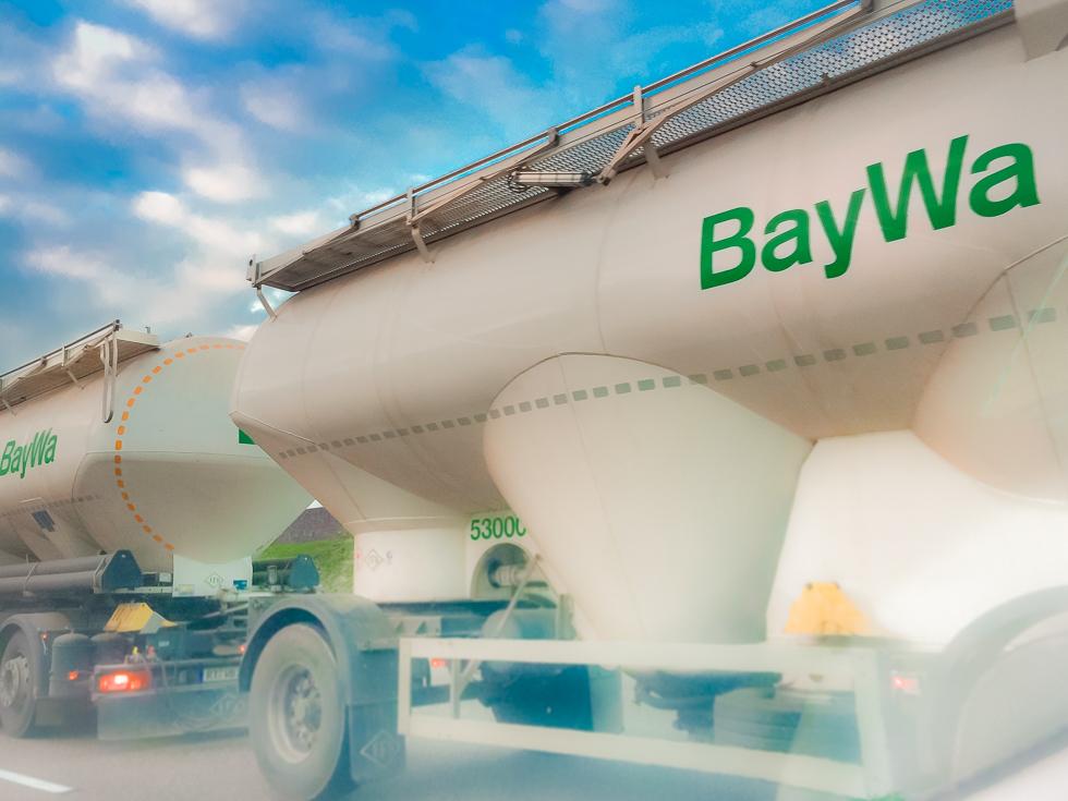 Ein BayWa-LKW auf freier Fahrt