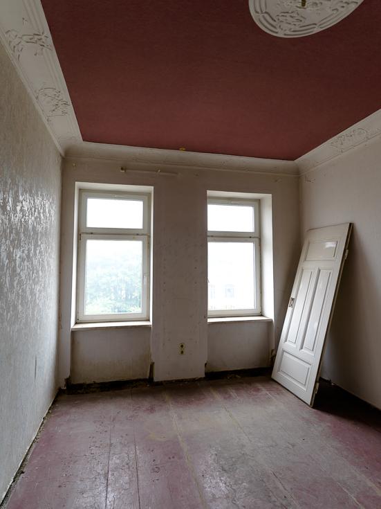 Blick in die Wohnung mit Stuck