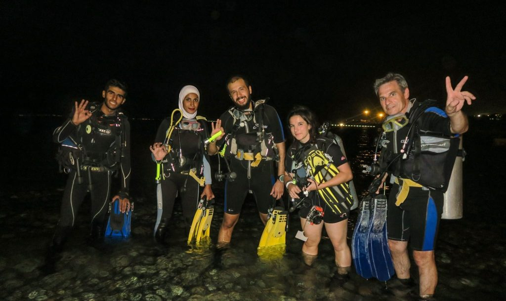 a group of diver ready to start a night dive