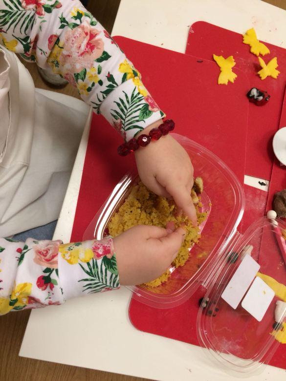 Giochiamo e mangiamo la… sabbia?! DIY sabbia edibile dolce e salata!