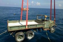 משאיות צבאיות בדרכן אל קרקעית הים