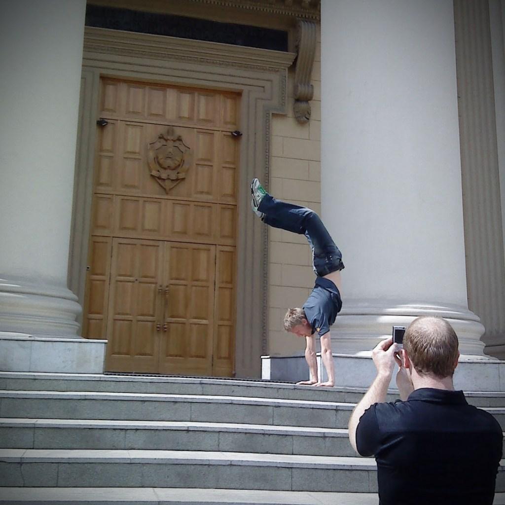 Ikke gjør dette på trappa til KGB i Minsk. Foto: Øystein Garfors