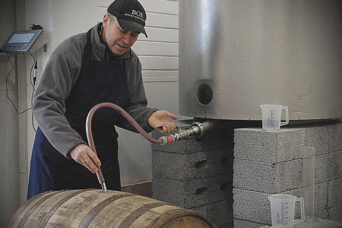 Eikefatene fylles hos Myken destilleri. I november neste år lanseres verdens første arktiske whisky på markedet.
