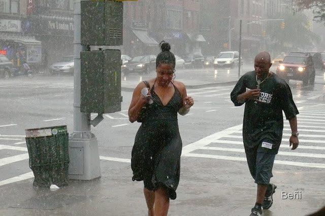 personas bajo la lluvia en New York