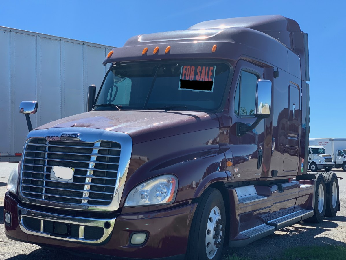 2011 Freightliner Cascadia 72' Mid Roof