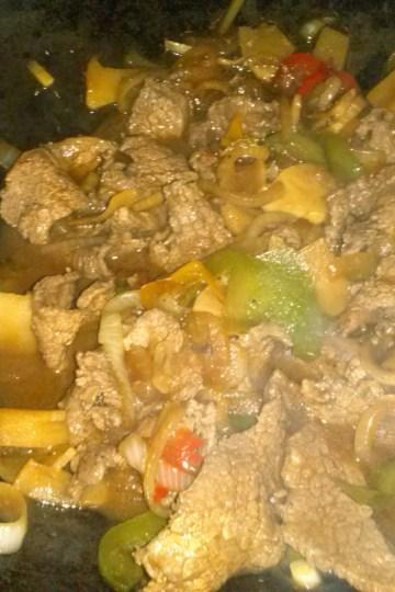 Wok de carne de entrañas y bambú.