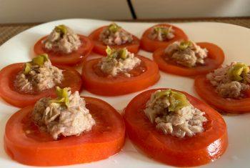 Rodajas de tomate, atún y guindilla