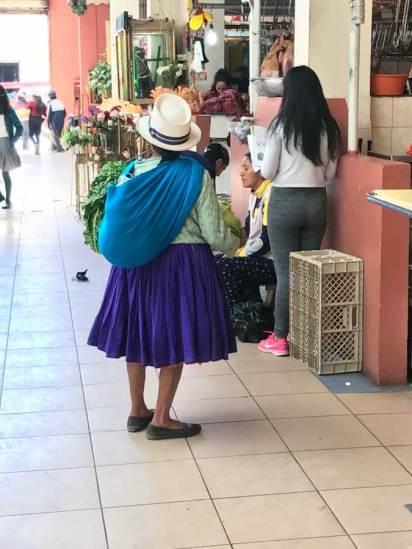 Die Frauen kommen mit ihrer Ware direkt vom eigenen Feld