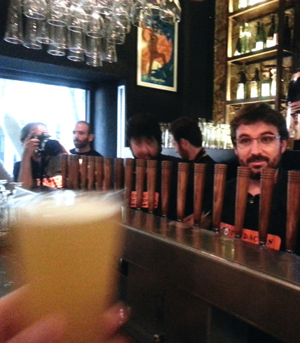 Jordi Evole sirviendo su primera cerveza. Olé!!