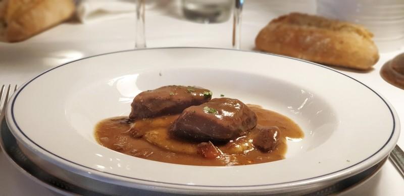 Carrilleras de Euskaltxerri con salsa de txakoli Sagarmiña y manzana de caserío.