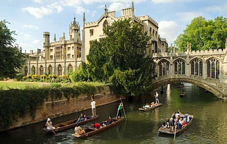 United Kingdom, UK, England, Cambridgeshire, Travel Destination, Cambridge, punting on the river Cam, Saint John College and the Bridge of Sighs