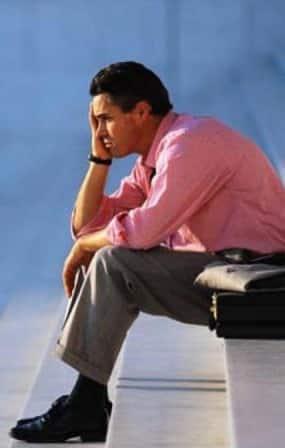 Homem desempregado na escada