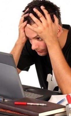 Homem rapaz buscando agoniado computador