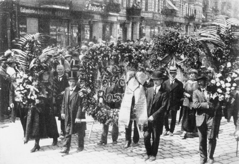 Rosa Luxemburgs begravning den 13 juni 1919 (Deutsche Bundesarchiv) dixikon.se