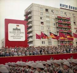 Ett annat firande - muren 25 år. Parad i Östberlin, DDR, 1986, tre år före murens fall