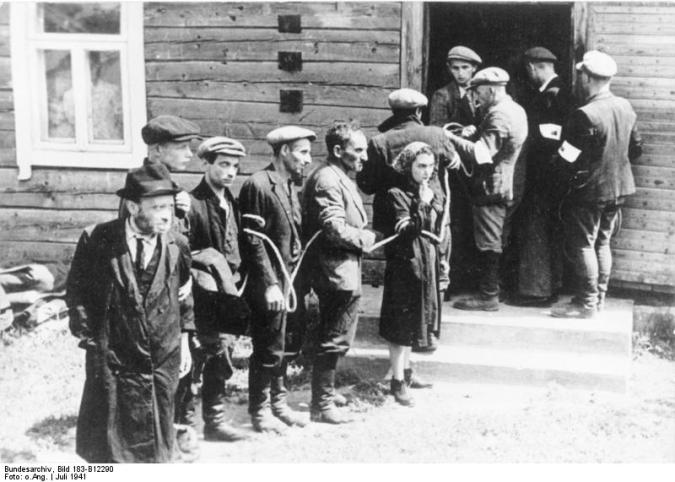 Litauiskt hemvärn, som samarbetade med nazisterna, fängslar judar för Förintelsen i juli 1941