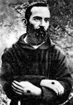 Padre Pio med stigmata på händerna